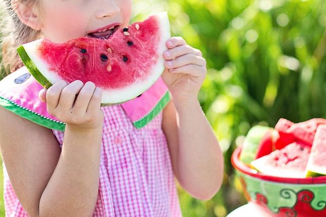 holčička jí meloun
