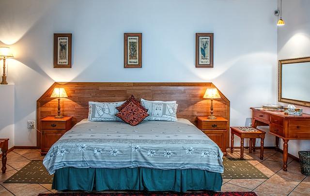 dřevěné postele s lampičkou vypadá velmi příjemně