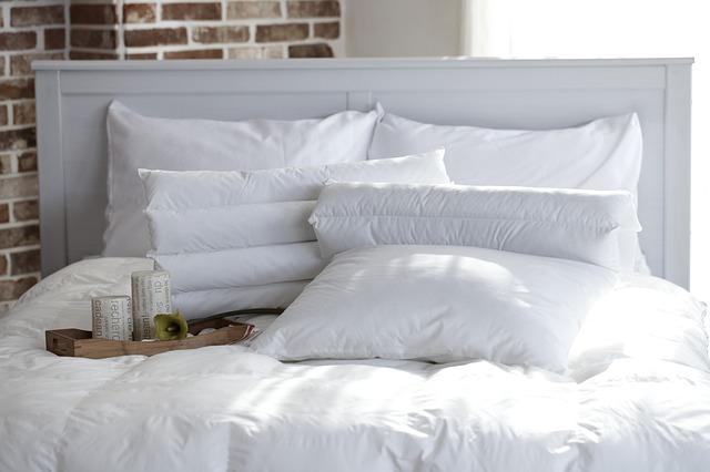 prostorná postel v bílé barvě - je ideální pro vydatný spánek