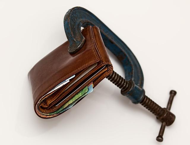 peněženka s penězi jak je ve svěráku