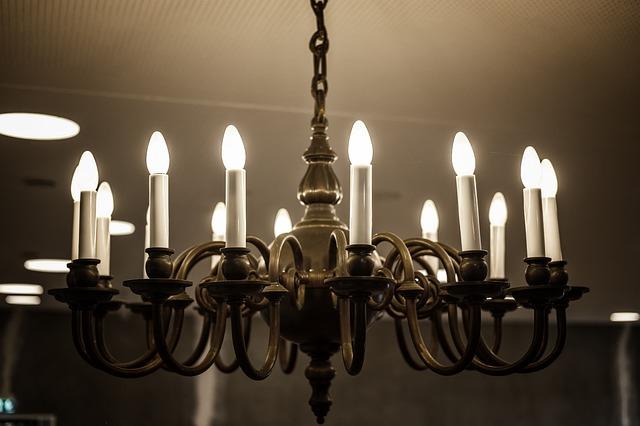 Lustr s umělými svíčkami