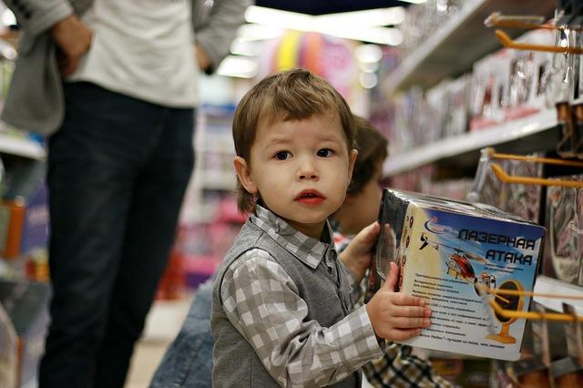 dítě s krabicí od hračky