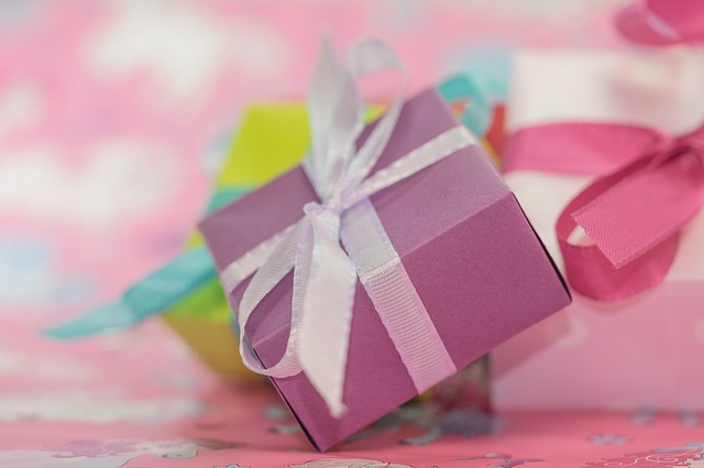 zabalené růžové dárky