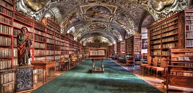 zachovalý interiér knihovny v Praze
