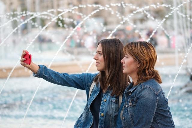 Dvě ženy pořizující si selfie