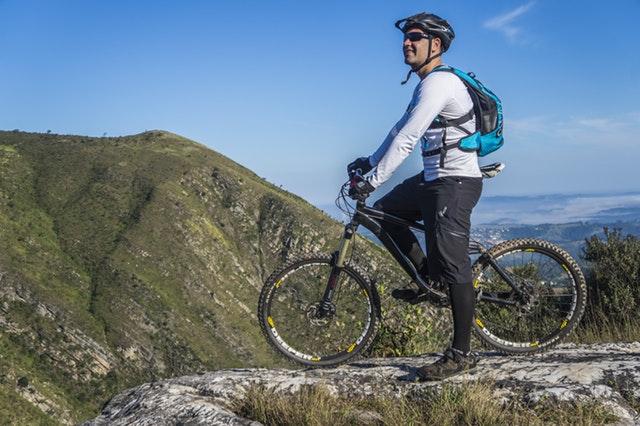 Muž v dresu na horském kole v horské krajině