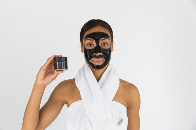 Žena s maskou.jpg