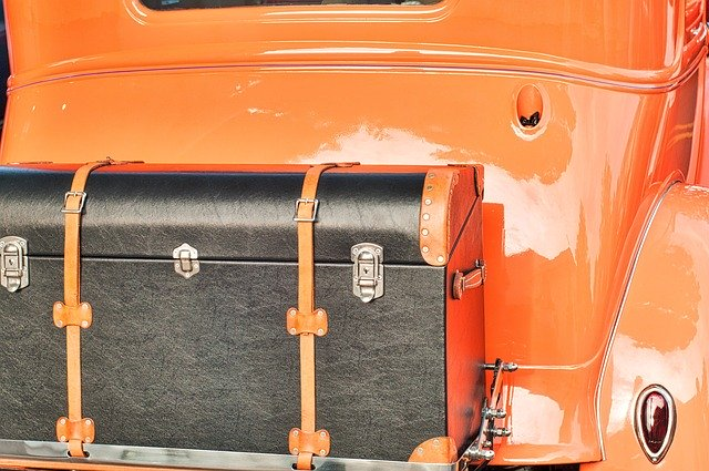 starý kufr, červené auto