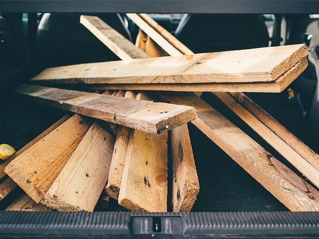 dřevo, prkna v kufru od auta